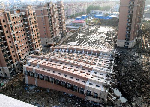 上海万博:パビリオン建設大遅延。これはかなりの失態ですね。