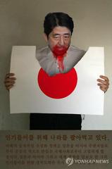 安倍首相批判の広告 韓国人広告デザイナーが制作