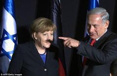 メルケル首相の顔にネタニヤフ首相の指の影。結果、パパそっくり。