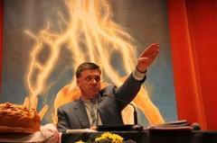 ウクライナ暴力クーデターの中心人物、ネオナチ・ゴロツキOleh Tyahnybokのハイルヒットラー
