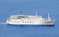 韓国の「西海」で350人乗りのフェリーが沈みつつある。