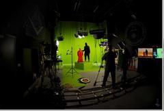 スタジオで首切りインチキビデオを撮って砂漠の背景と合成
