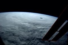 宇宙から気象改変を行う技術の米国特許だそうです。おもにハリケーンをいじる技術のようです。