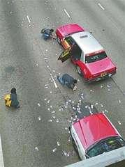 7億円分の紙幣が路上に散乱 群がり拾うドライバーたち…香港警察「返却」呼び掛けも2億円分持ち去られる