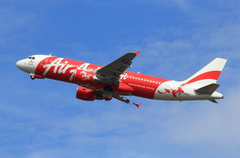 インドネシア発エアアジア機、連絡絶つ 乗客155人