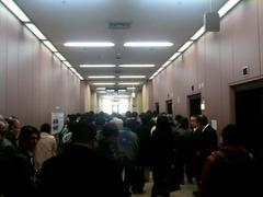 東京高等犯罪所 429号法廷前の廊下で「もしもし杉原裁判長」大合唱!