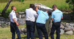 発見されたマレーシア機のドアは、住宅の階段だったw